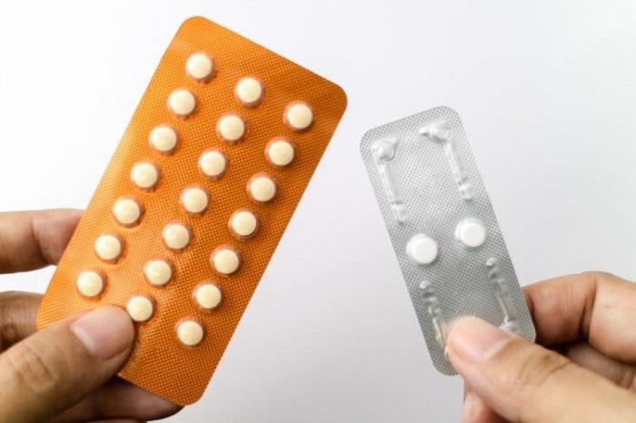 Thuốc tránh thai hàng ngày (bên trái) và khẩn cấp (bên phải)