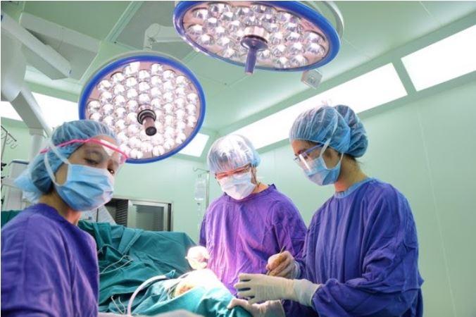 Một trong những phương pháp trị mồ hôi là phẫu thuật