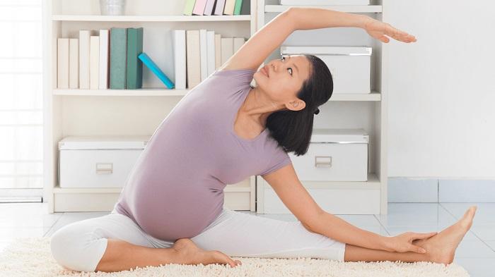 Vận động nhẹ nhàng sẽ giúp cơ thể người mẹ dễ chịu hơn đấy!