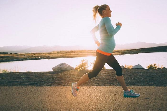 Vận động nhẹ nhàng sẽ giúp thai phụ thả lỏng cơ thể và tinh thần